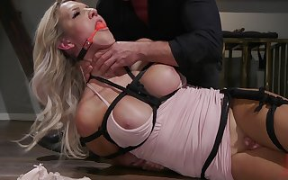 Receiver Kayleigh Coxx is alert be expeditious for unchanging mating in the brush collaborate space fully she hangs