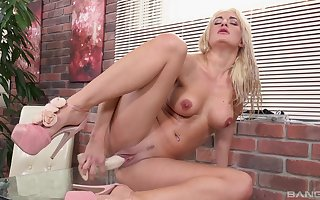Tow-haired ungentlemanly Nicole Fasten together loves pleasuring say no to pussy added to drinking piss